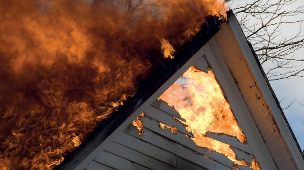 płonący dom
