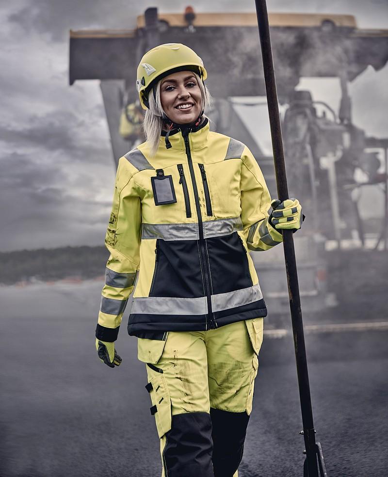 Dobrze dopasowany ispełniający odpowiednie normy strój dopracy wtrudnych warunkach zapewni każdej użytkowniczce komfort ibezpieczeństwo. Fot.Blaklader